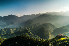 Casa na montanha com nascer do sol Foto de Stock