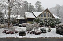 Casa na neve do inverno Imagens de Stock