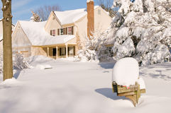 Casa na neve profunda do inverno foto de stock