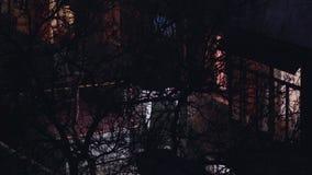 Casa na noite e em girar sobre a luz na janela vídeos de arquivo
