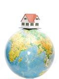 Casa na parte superior do globo imagem de stock royalty free