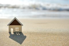 Casa na praia da areia perto do mar Foto de Stock Royalty Free