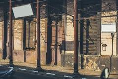 A casa na rua iluminou-se pelo sol de ajuste que forma o sha geométrico Imagem de Stock Royalty Free