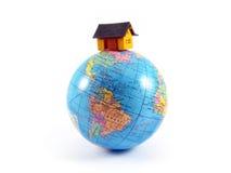 Casa na terra do planeta do globo Fotografia de Stock Royalty Free