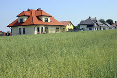 Casa na vila Fotografia de Stock Royalty Free