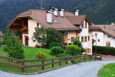 Casa de campo na vila alpina fotografia de stock royalty free