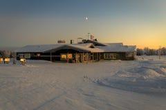 Casa na vila no inverno Imagens de Stock