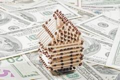 Casa nas contas de dólar Fotografia de Stock