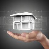 A casa nas mãos Fotografia de Stock Royalty Free