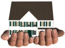 A casa nas mãos dirige a oferta dos bens imobiliários Imagem de Stock