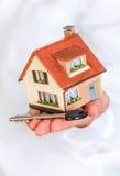 Casa nas mãos humanas Foto de Stock Royalty Free