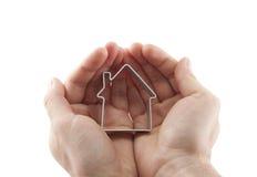 Casa nas mãos isoladas no branco Fotografia de Stock