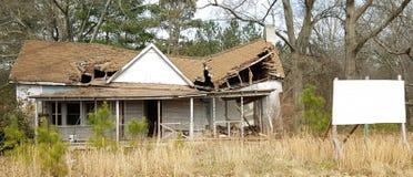 Casa necesitando reparaciones foto de archivo