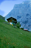 Casa nelle alpi svizzere Fotografia Stock Libera da Diritti