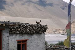 Casa nepalesa no banco do rio de Kali-gandaki na perspectiva das montanhas Himalaias na vila de Kagbeni fotos de stock royalty free