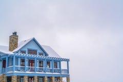 Casa nevado com o balcão contra o céu na aurora UT fotos de stock royalty free