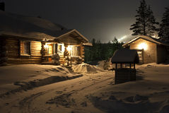 Casa Nevado en el bosque Fotos de archivo libres de regalías