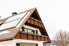 Casa Nevado en invierno en el bosque negro foto de archivo