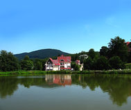 Casa no banco do lago imagens de stock royalty free