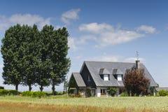 Casa no céu azul com árvores Foto de Stock Royalty Free