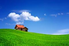 Casa no campo verde foto de stock royalty free