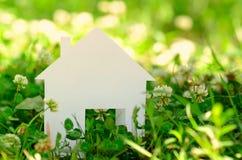 Casa no campo verde Imagens de Stock