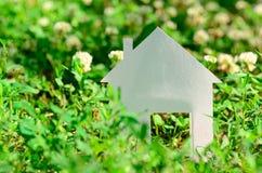 Casa no campo verde Fotografia de Stock Royalty Free