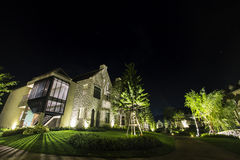 Casa no crepúsculo, olhar da noite como o campo do Inglês-estilo Fotos de Stock