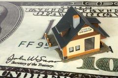Casa no dólar grande imagem de stock