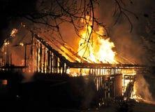 Casa no fim do incêndio acima imagens de stock royalty free