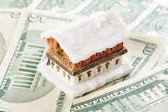 Casa no fundo do dinheiro Fotografia de Stock