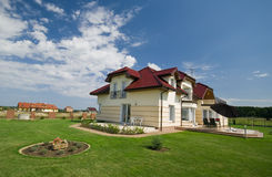 Casa no gramado verde Imagens de Stock Royalty Free