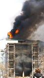 Casa no incêndio. fotos de stock