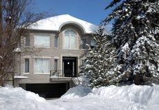 Casa no inverno com árvores de pinho Imagens de Stock Royalty Free