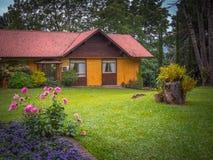 Casa no jardim Fotografia de Stock Royalty Free
