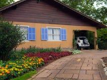Casa no jardim Fotos de Stock