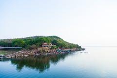 Casa no lago. Fotografia de Stock Royalty Free