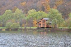 Casa no lago Foto de Stock Royalty Free