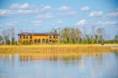 Casa no lago Imagem de Stock Royalty Free