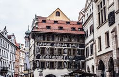 A casa no minuto na praça da cidade velha Imagens de Stock