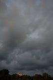 Casa no monte e em nuvens de ameaça Fotos de Stock Royalty Free