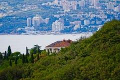 A casa no monte pelo mar Fotografia de Stock