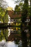 Casa no rio imagem de stock