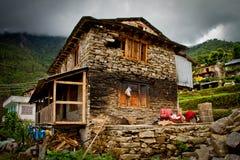 Casa nociva del villaggio di Sindhupalchowk dopo il earthqu fotografia stock