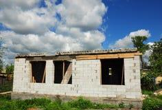 Casa non finita con i blocchi in calcestruzzo aerati sterilizzati nell'autoclave, parete bianca dei blocchi Fotografia Stock
