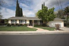 Casa nordica della California Subruban immagine stock