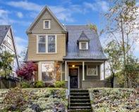 A casa noroeste com pátio de entrada coberto e o outono ajardinam imagem de stock royalty free