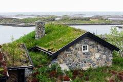 Casa noruega en la playa fotografía de archivo