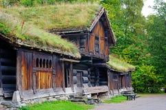 Casa noruega tradicional con el tejado de la hierba El museo noruego fotografía de archivo