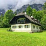 Casa nos montes Imagem de Stock